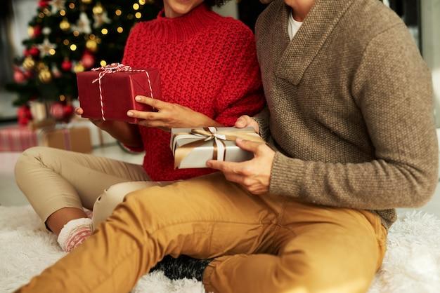 선물을 선물하는 것은 크리스마스 이브 전통입니다. 무료 사진