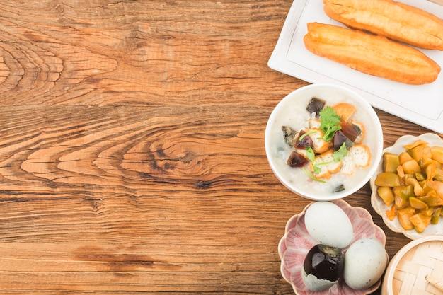ピータン赤身のお粥の朝食 無料写真