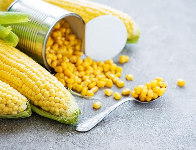 Preserves sweetcorn and raw corn Premium Photo
