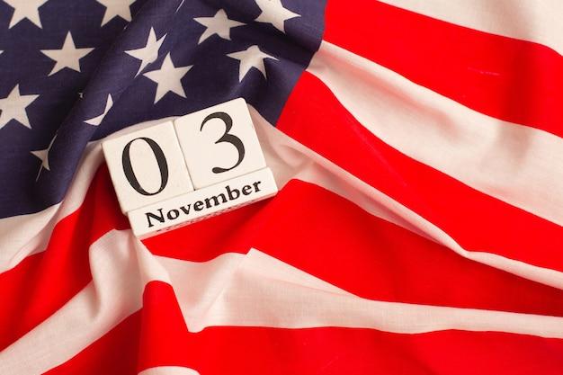 アメリカの2020年大統領選挙。投票する時間です。選挙人票。米国の選挙。フラットレイ構成。 Premium写真