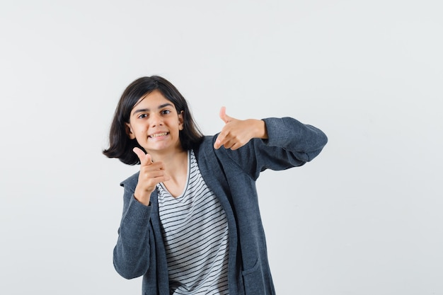 シャツを着たプレティーンの女の子、カメラを指して楽観的に見えるジャケット 無料写真
