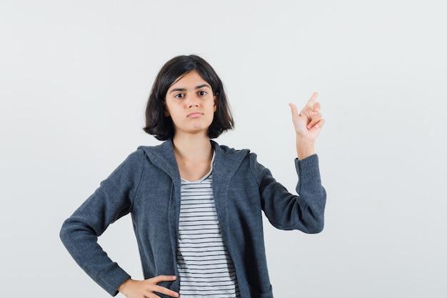シャツ、ジャケットで目をそらし、自信を持って見えるプレティーンの女の子 無料写真