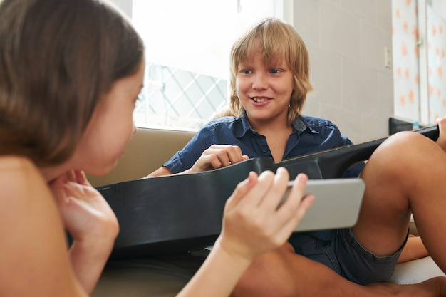 友達と話しているプレティーンの女の子 Premium写真