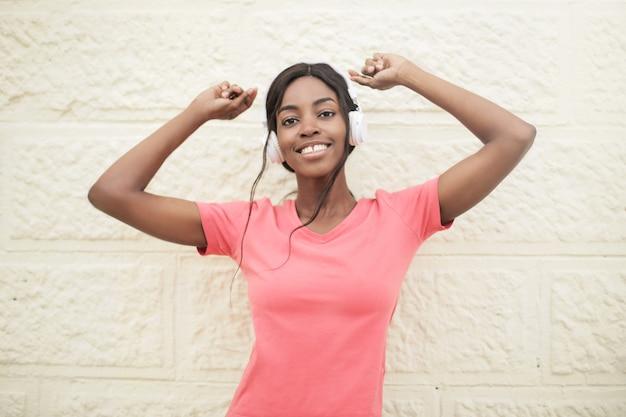 Pretty afro woman listening to music Premium Photo