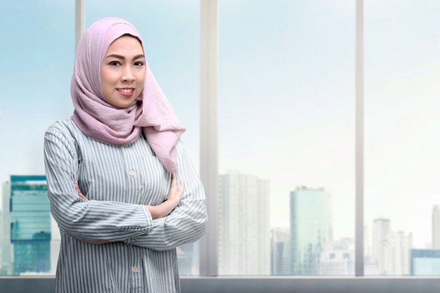 Pretty asian muslim woman with arms crossed standing Premium Photo