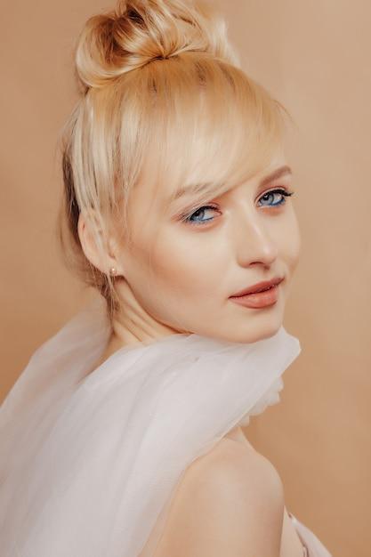 Довольно привлекательная девушка со светлыми волосами, модная съемка, роза, простой фон Бесплатные Фотографии