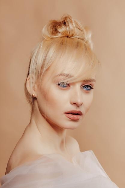 ブロンドの髪、ファッション撮影、バラ、シンプルな背景を持つかなり魅力的な女の子 無料写真