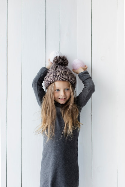 Довольно блондинка держит снежки Бесплатные Фотографии
