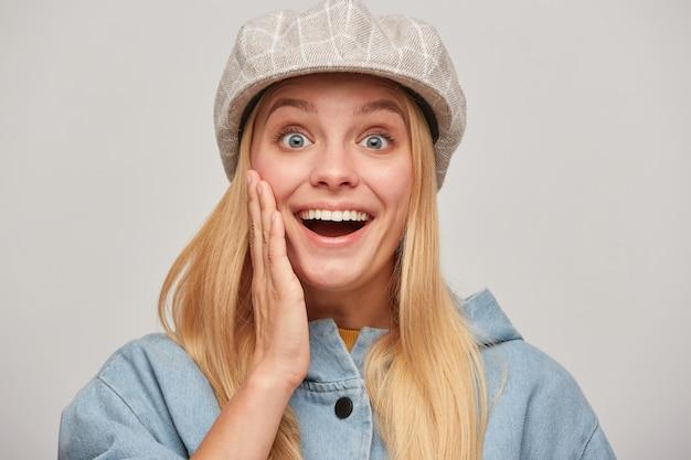 Довольно белокурая молодая женщина с распущенными волосами, выглядящая счастливой, счастливой, взволнованной Бесплатные Фотографии