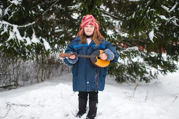 暖かい服とニット帽のかなり白人の村の女の子 Premium写真