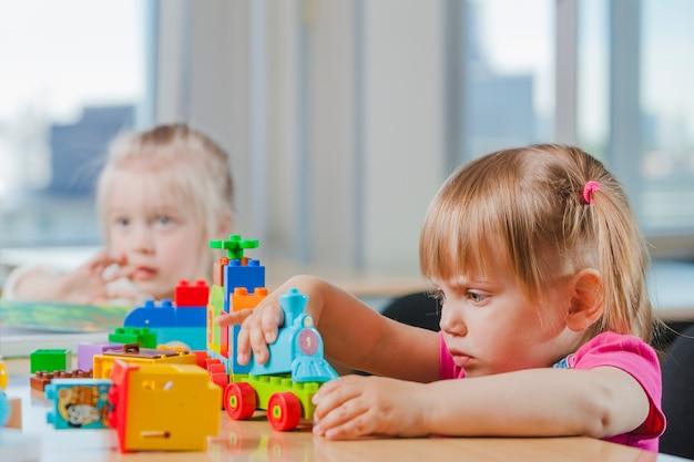 幼稚園で遊ぶかわいい子供 Premium写真