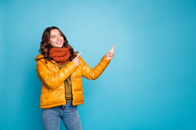 파란 벽에 복사 공간에서 꽤 귀여운 레이디 포인트 손가락 프리미엄 사진