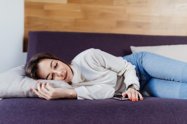 忙しい一日の後にベッドでかなりの夢 無料写真