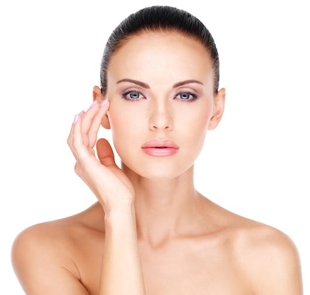 눈 근처 피부를 만지는 아름다운 여성의 예쁜 얼굴 무료 사진