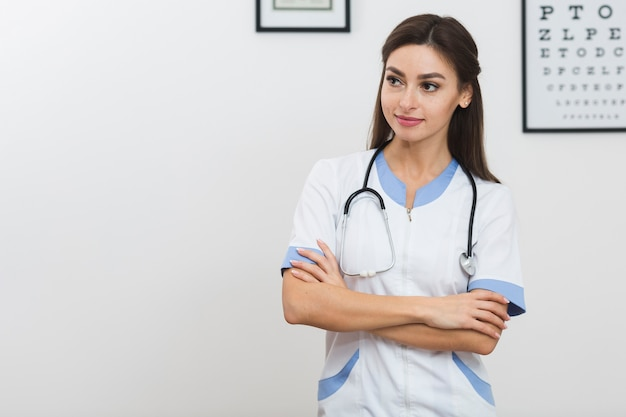 Pretty female doctor looking away Free Photo