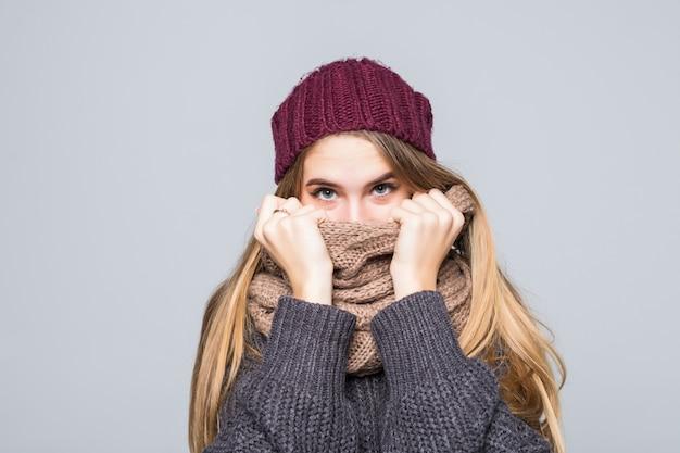 회색 스웨터와 스카프에 예쁜 여자는 회색에 차가운 무료 사진