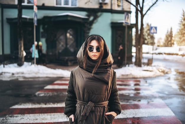 Милая девушка гуляя на улицу, зимнее время. Premium Фотографии