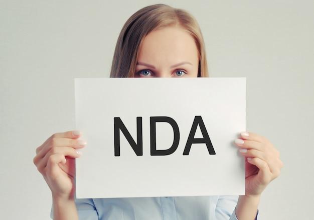 Nda紙シートを持つかわいい女の子 Premium写真