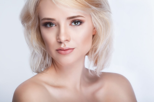 Pretty girl with white hair fixed behind Premium Photo