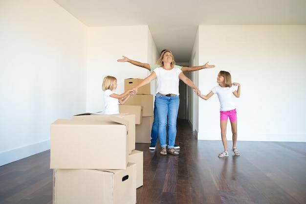 Симпатичные девушки и их папа показывают свою новую квартиру счастливой маме Бесплатные Фотографии