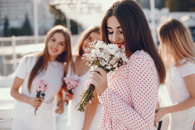 Красивые девушки в летнем парке на девичнике Бесплатные Фотографии