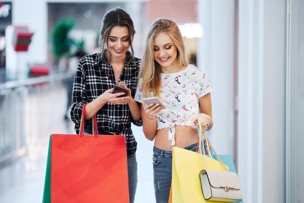 쇼핑하는 동안 포즈 예쁜 여자 프리미엄 사진