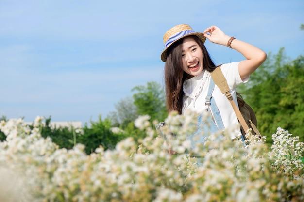 Милашка показывает себя в весеннем саду