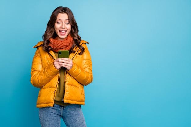 예쁜 아가씨 보류 전화 봐 화면 착용 세련된 가을 윈드 브레이커 스카프 프리미엄 사진