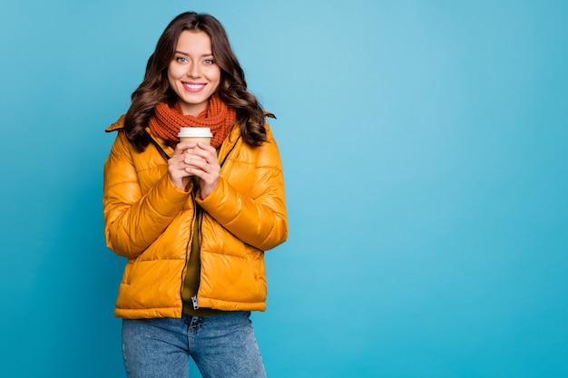 뜨거운 테이크 아웃 커피 음료를 들고 예쁜 여자 프리미엄 사진