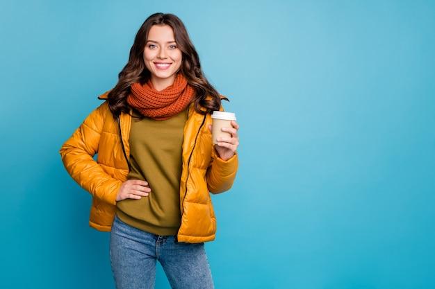 뜨거운 테이크 아웃 커피를 들고 예쁜 아가씨 세련된 가을 윈드 브레이커 프리미엄 사진