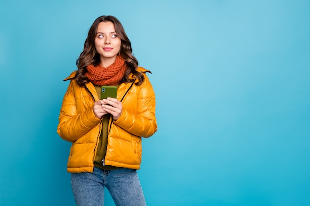 전화를 들고 예쁜 여자는 창의적인 생각을 가지고 전화를 잡아 프리미엄 사진