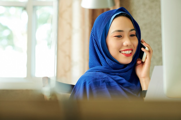 Pretty muslim woman calling on phone Premium Photo