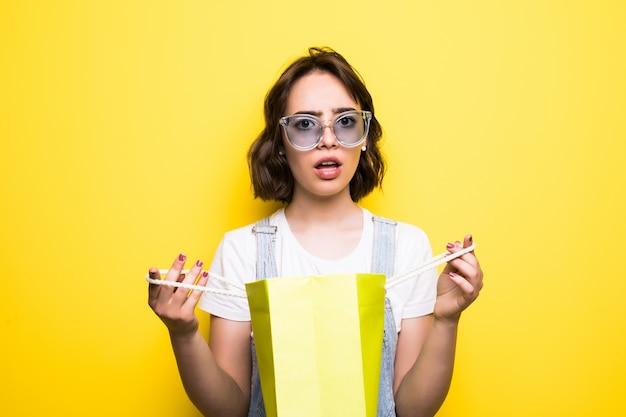 Довольно шокирована девочка-подросток с хозяйственными сумками Бесплатные Фотографии