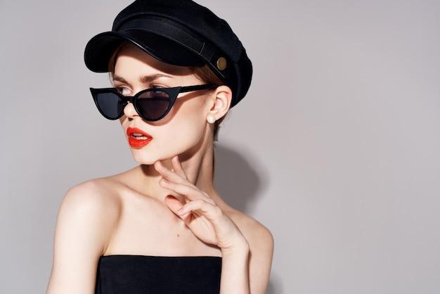 예쁜 여자 유행 옷 어두운 안경 붉은 입술 이브닝 드레스. 프리미엄 사진