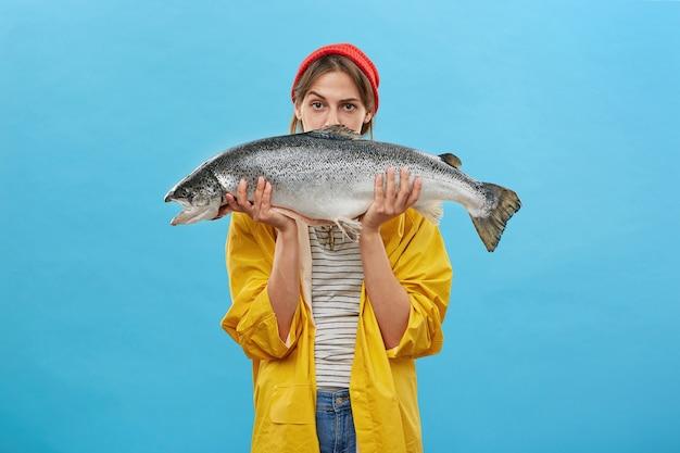 Красивая женщина, держащая огромную рыбу Бесплатные Фотографии
