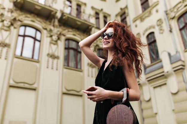 그녀의 머리를 만지고 밖에 포즈 선글라스에 예쁜 여자 무료 사진