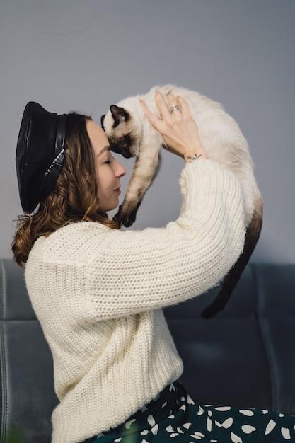シャム猫と遊ぶきれいな女性 無料写真