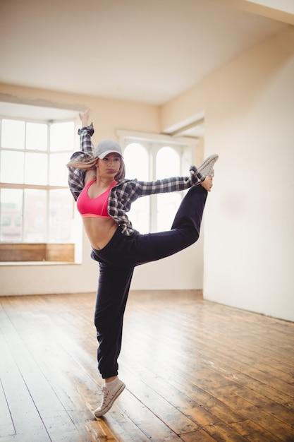 Красивая женщина танцует хип-хоп Бесплатные Фотографии