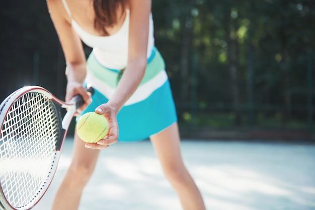 Una bella donna che indossa un campo da tennis sportivo in campo. Foto Gratuite