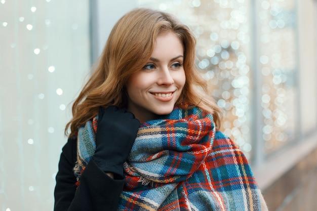 달콤한 미소로 예쁜 여자는 크리스마스 쇼핑을 만든다. 프리미엄 사진