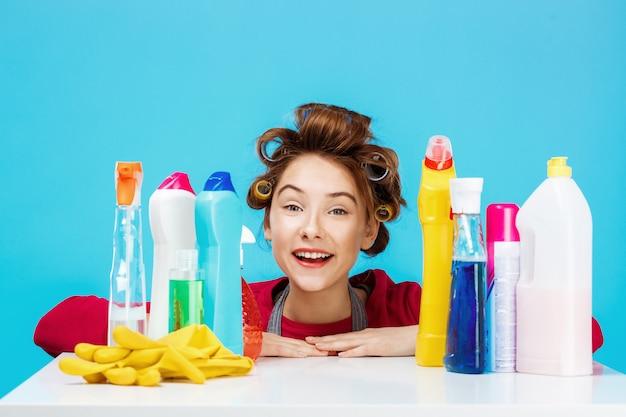 Красивая женщина с чистящими средствами улыбается и выглядит довольным Бесплатные Фотографии