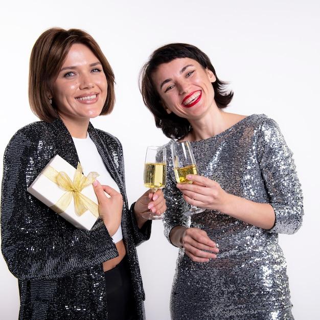 Belle donne che celebrano il capodanno a casa Foto Gratuite