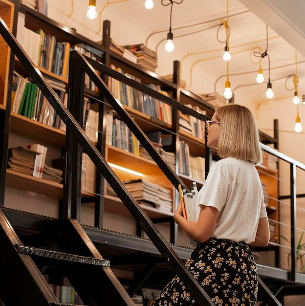 図書館でかなり若い女の子 無料写真