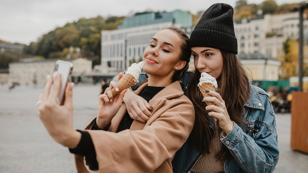 Ragazza graziosa che gode insieme del gelato Foto Gratuite