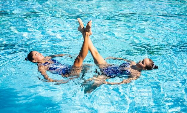Ragazza graziosa che gode nuotare insieme Foto Gratuite
