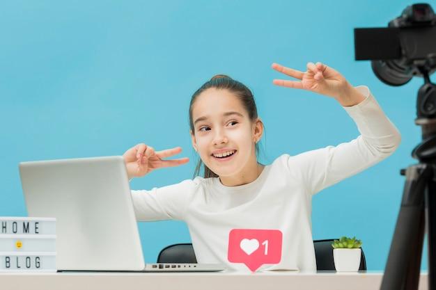 Хорошенькая молодая девушка снимается в личном блоге Бесплатные Фотографии