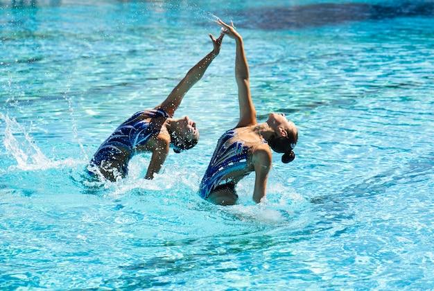 Довольно молодые девушки позируют в воде Бесплатные Фотографии