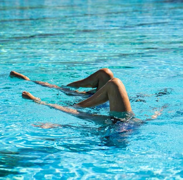 Belle ragazze in posa in acqua Foto Gratuite