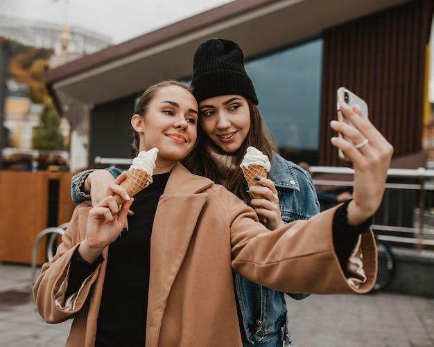 Довольно молодые девушки вместе делают селфи Бесплатные Фотографии
