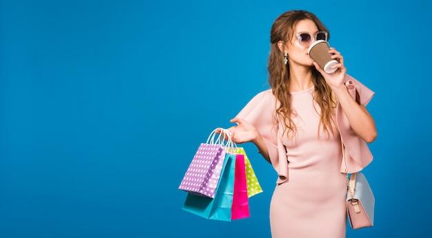 Довольно молодая стильная сексуальная женщина в розовом роскошном платье, летняя модная тенденция, шикарный стиль, солнцезащитные очки, Бесплатные Фотографии